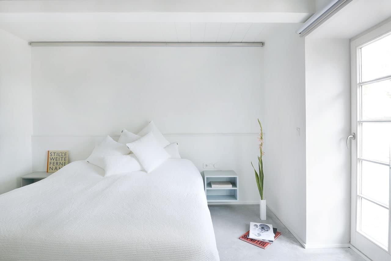 Ferienhaus-Steuermann-West-Schlafzimmer-mit-Doppelbett-im-Erdgeschoss